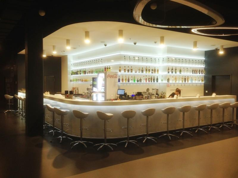 duży bar